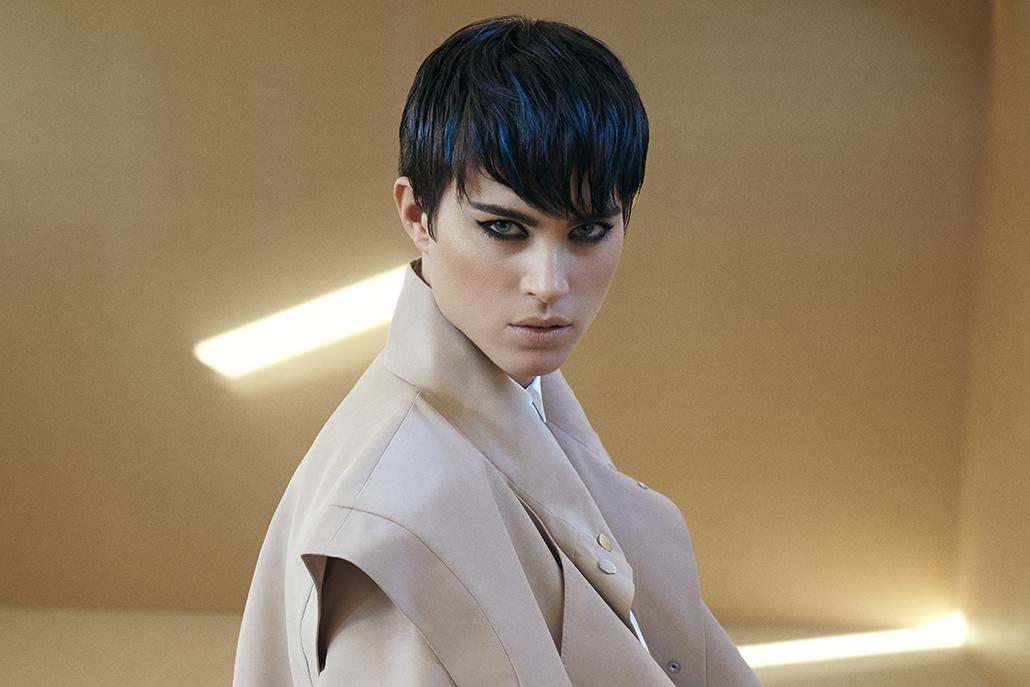 Macrotrend Performing: asciugature veloci e prodotti anti crespo per una testa sempre a posto e tagli corti sexy e femminili, facile da mantenere. Per i capelli scuri, riflessi verde-blu che parlano di moda.